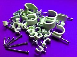 скобы клипсы с гвоздем для провода и кабеля круглые и плоские